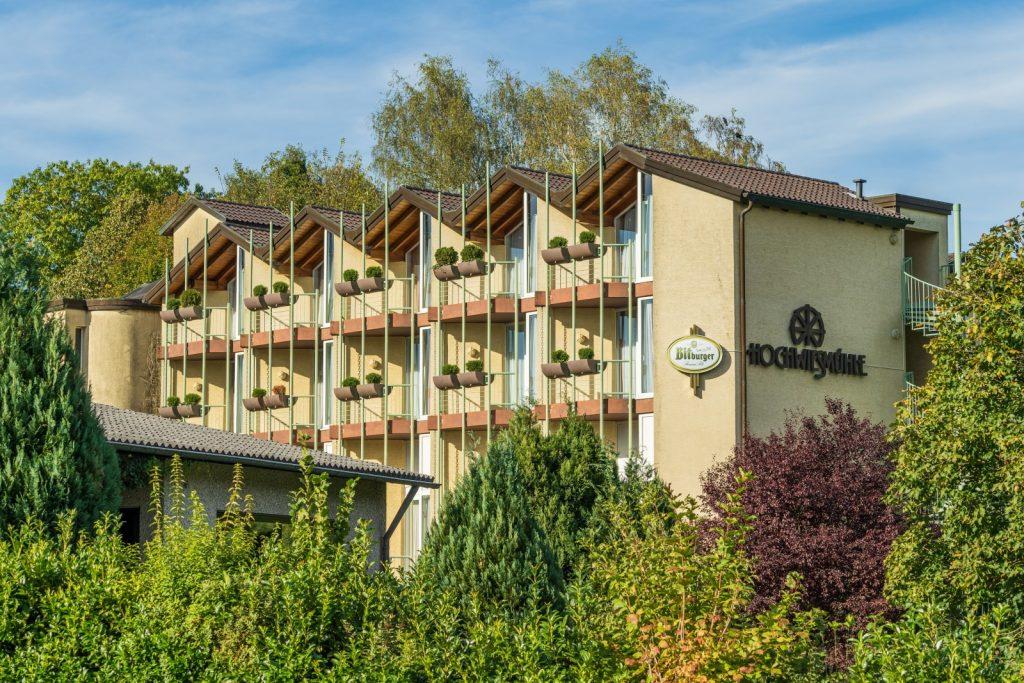 Unser wunderschön gelegenes Hotel Hochwiesmühle ist Ihr Familienhotel und Tagungshotel in der Saar-Pfalz. Zwischen Saarbrücken und Homburg liegt unsere Hoteloase am Rande von Elsass und Bliesgau, eingebettet in die Natur des Saarlands.